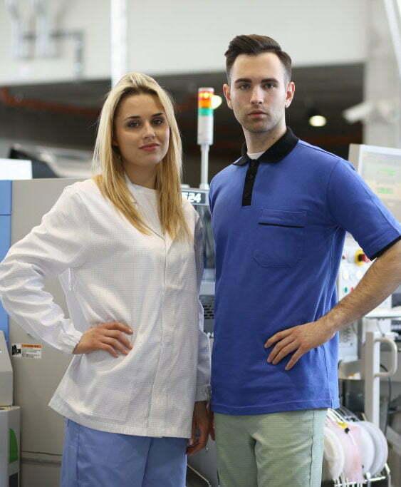 camice antinfortunistica donna bianco con proprietà elettrostatiche e polo antinfortunistica uomo bicolore blu con proprietà elettrostatiche