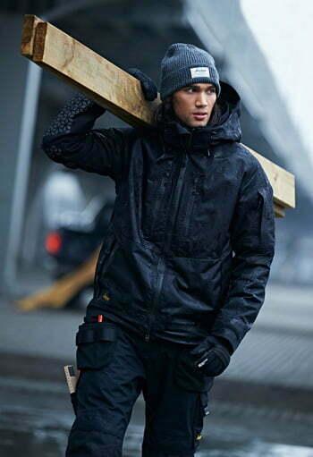 Abbigliamento antinfortunistico per ambienti freschi composto di giaccone, pantaloni lunghi multitasche e berretto invernale
