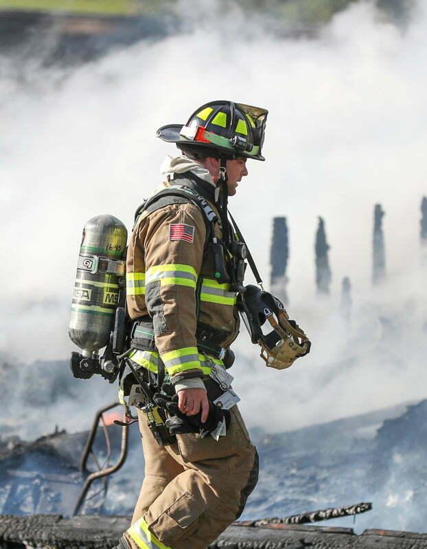 abbigliamento antinfortunistico di protezione dagli incendi boschivi, comprensivo di accessori come casco di protezione