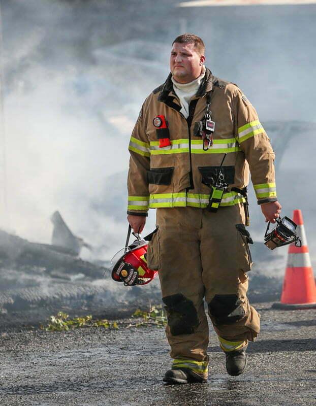 Abbigliamento antinfortunistico per vigile del fuoco, comprensivo di accessori come l'elmetto